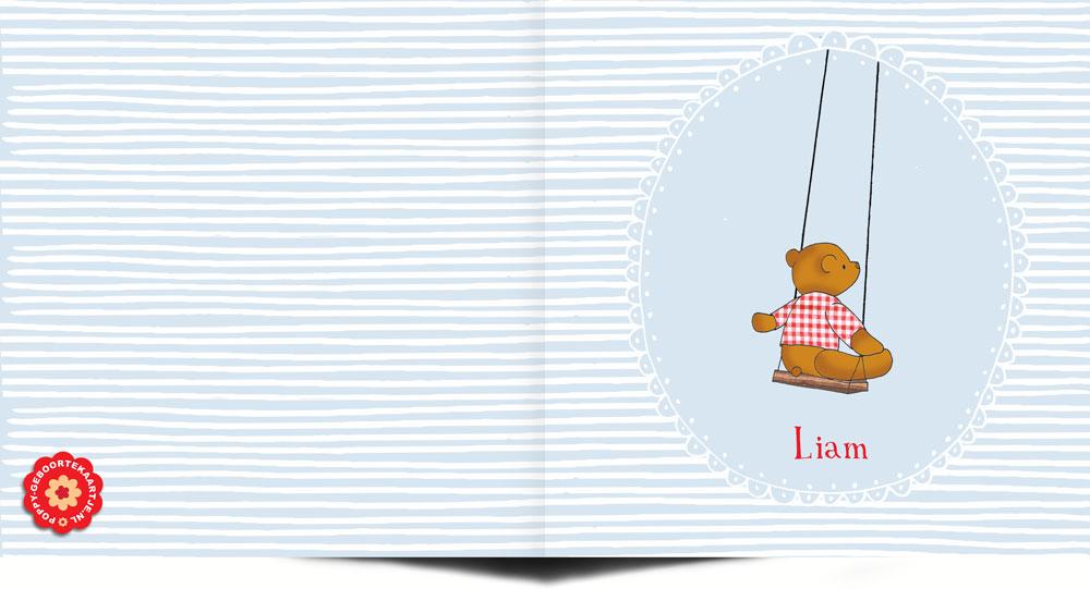 Lief handgetekend geboortekaartje in blauw met witte streepjes. De illustratie met beertje op schommel maakt het af.