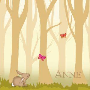 Geboortekaartje seizoen in de herfst of lente. Handgetekend konijntje met vlinders in een bos
