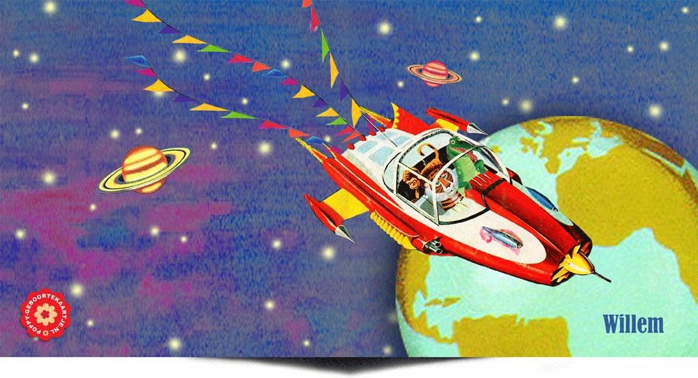 Retro geboortekaartje met een raket en de aarde en andere planeten. In de raket zitten een aap, leeuw en krokodil die zo uit een gouden boekje lijken gelopen.