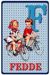 Geboortekaartje retro vintage met jongen en meisje op de fiets. De retro vintage geboortekaartjes zijn geïnspireerd op de retro alfabet boekjes