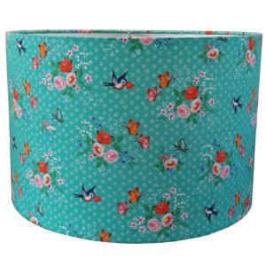 Kinderlamp met lieve bloemetjes en retro vogeltjes. Stof van Wu&Wu