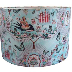 Een prachtige kinderlamp met retro hertjes en andere sprookjesachtige taferelen. Wu&Wu maakt al jaren prachtige stoffen waar deze lampen van vervaardigd zijn.