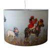 De kinderlamp met dierenparade is prachtig om een vintage kinderkamer. De nostalgische afbeeldingen maken de lamp een echte eyecatcher. Ook zijn er bijpassende nostalgische muurstickers voor een prachtig totaalplaatje in de kinderkamer of babykamer.