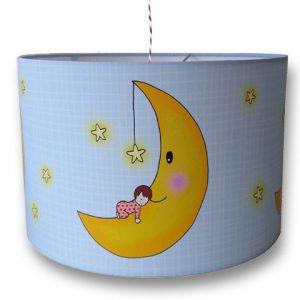 Kinderlamp met baby op de maan en rond dwarrelende sterretjes. Lieve hanglamp voor de babykamer.