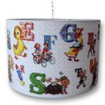 Alfabet kinderlamp met leuke retro afbeeldingen. Geweldige blikvanger voor de kinderkamer.