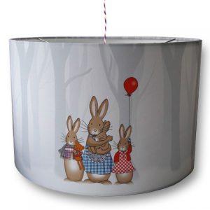 Kinderlamp in rustiek winterlandschap en konijnenfamilie. Ideaal voor een rustige babykamer.