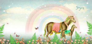 Betoverend geboortekaartje met moeder unicaorn en baby unicorn. De eenhoorns staan in een bloemenveld met vlinders, een mooie regenboog op de achtergrond en sterretjes voor een extra betoverend effect