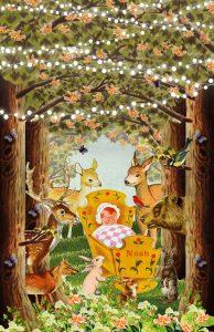 Nostalgisch geboortekaartje bos met bosdieren die het pasgeboren kindje komen bewonderen dat in het wiegje ligt. Lichtslingers, vlinders, vogeltjes maken het een romantisch geboortekaartje. De beer, hert, vos en konijntjes maken het een waar festijn daar zo in het bos!