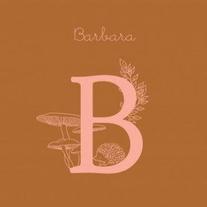 Geboortekaartje eerste letter baby en paddenstoel herfst. Fijne botanische lijntekeningen maken dit geboortekaartje erg bijzonder. In warme ton sur ton kleuren en initialen van jullie kindje heb je iets bijzonders in handen. De achtergrondkleur is eenvoudig aan te passen. Met de ontwerptool kun je jouw mooie geboortekaartje ontwerpen zoals jij dat wil.