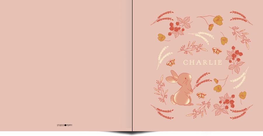 Fijne illustratie van konijn en botanische takjes maken dit geboortekaartje erg bijzonder. In warme ton sur ton kleuren en initialen van jullie kindje heb je iets bijzonders in handen. De achtergrondkleur is eenvoudig aan te passen. Met de ontwerptool kun je jouw mooie geboortekaartje ontwerpen zoals jij dat wil.
